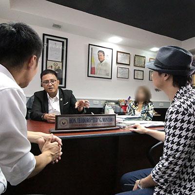 フィリピンの国会議員と打ち合わせ